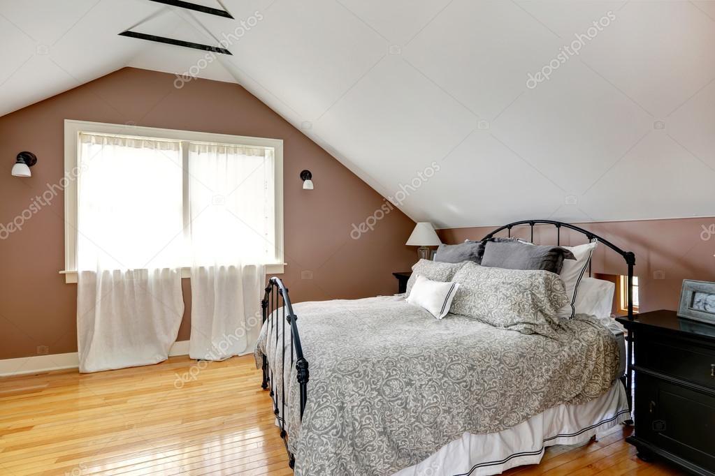 VELUX camera da letto con letto antico — Foto Stock © iriana88w ...
