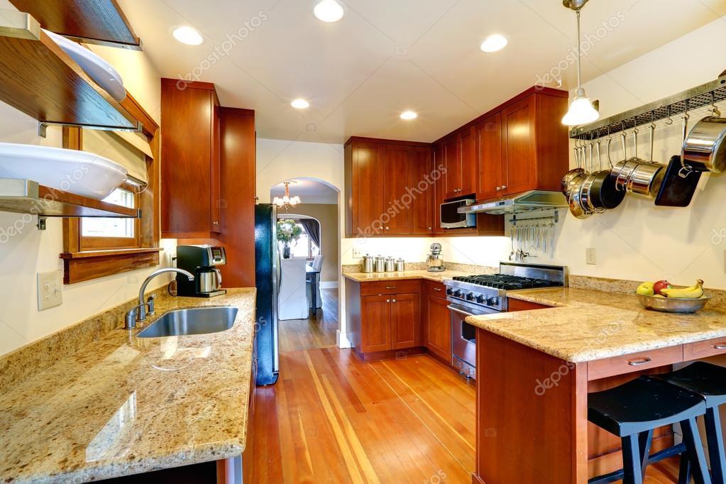 cucina abitabile con arco per zona pranzo — Foto Stock © iriana88w ...