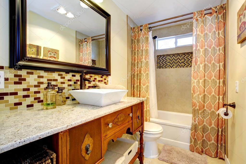 Cuarto de baño con armarios antiguos — Fotos de Stock ...
