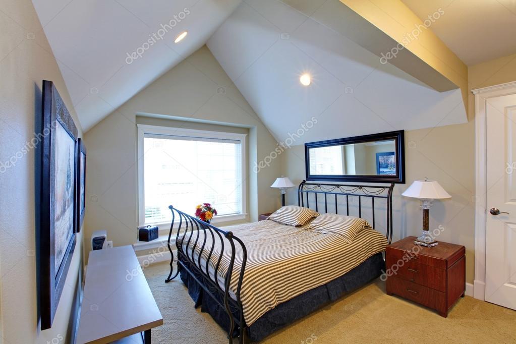 Schlafzimmer mit antiken Metallrahmen — Stockfoto © iriana88w #46975285