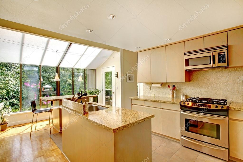 Open de plattegrond keuken en gescreend veranda u stockfoto
