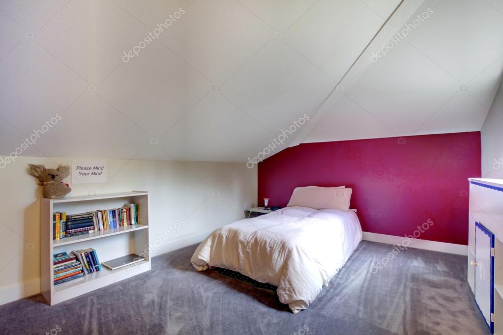 Parete Bordeaux Camera Da Letto : Velux piccola camera da letto con pareti di contrasto u foto stock