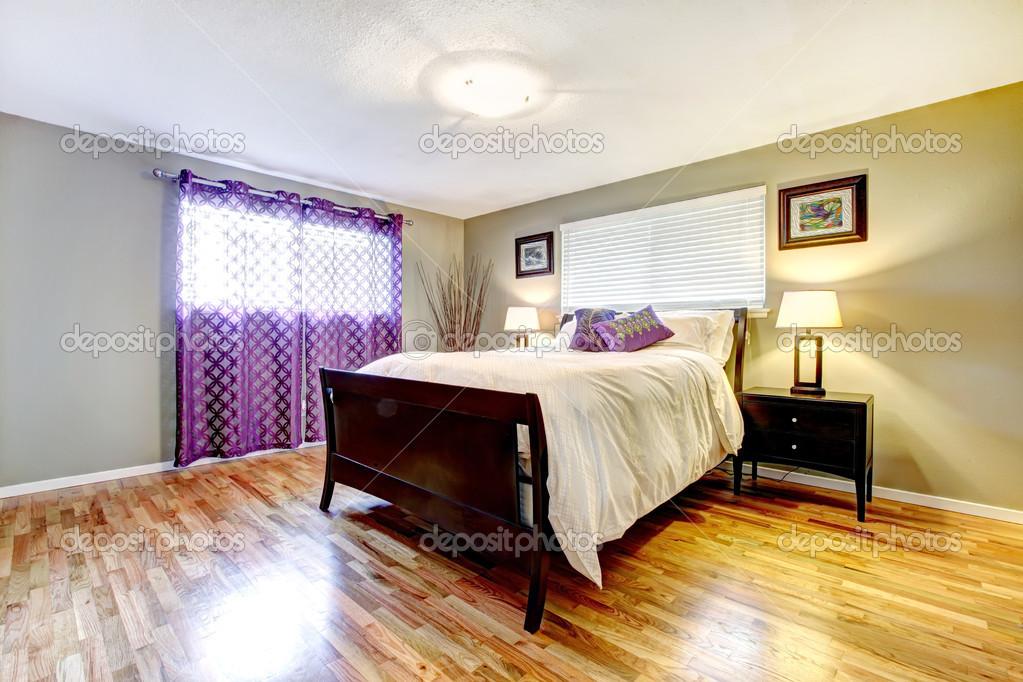 Slaapkamer Bruin Paars : Slaapkamer interieur met paarse gordijnen u stockfoto iriana w