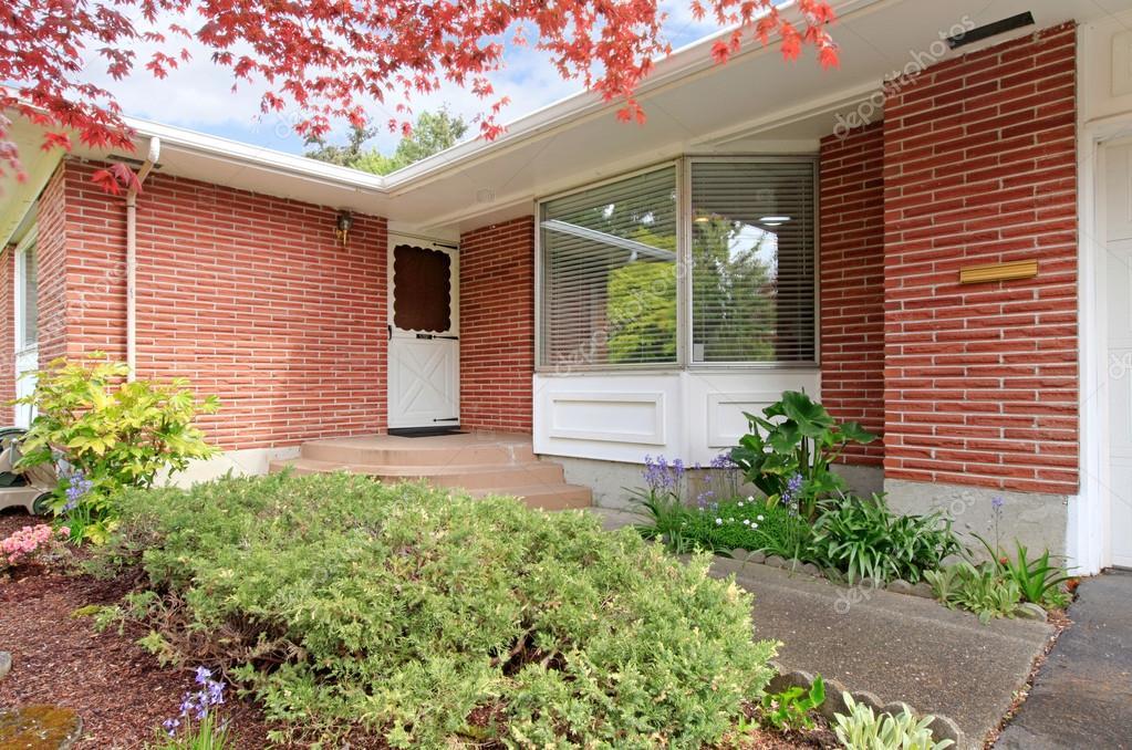 Casa di mattoni con vista portico d 39 ingresso foto stock for Piccola casa con avvolgente portico