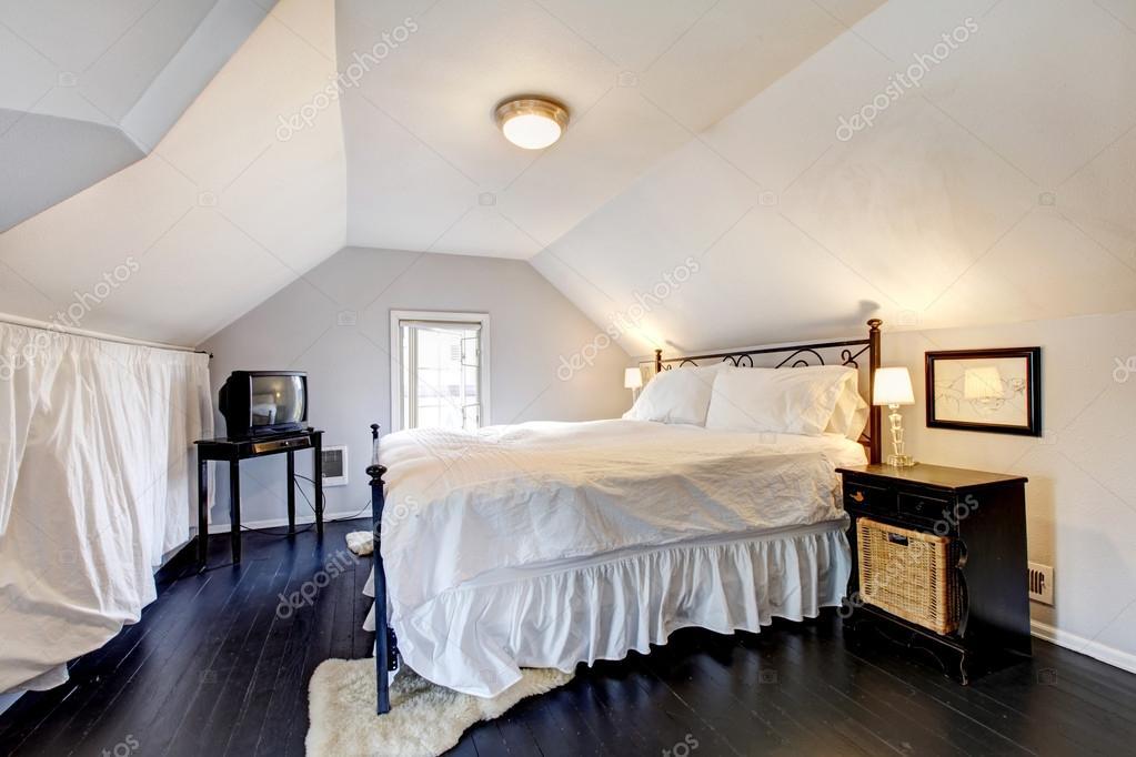 VELUX slaapkamer in oud huis met antieke meubelen — Stockfoto ...