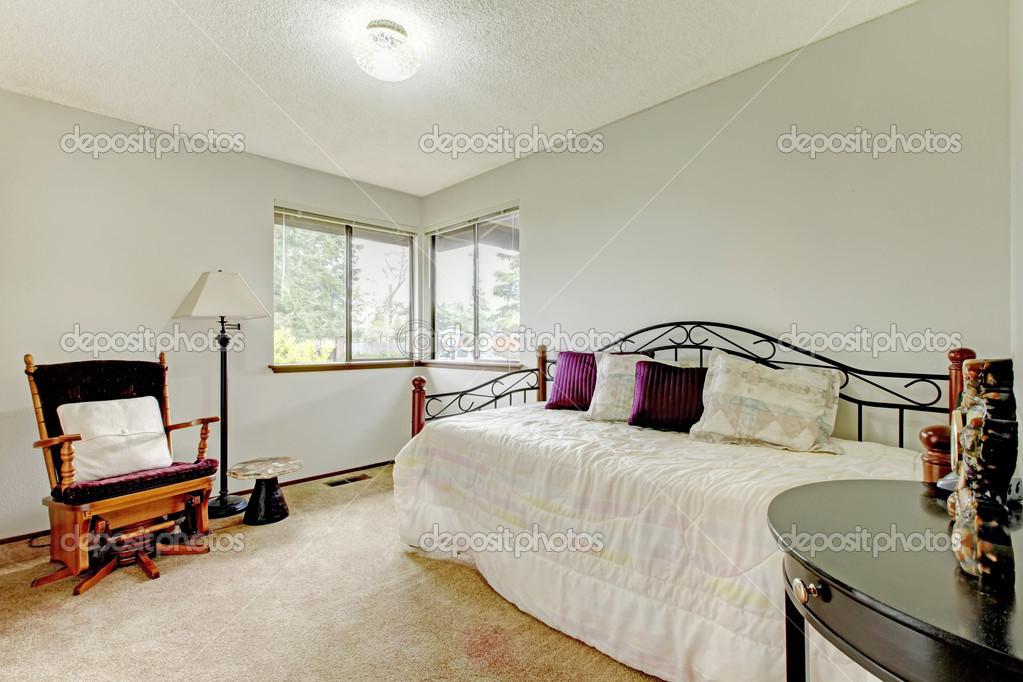 dormitorio con cama de armazón de hierro viejo — Foto de stock ...