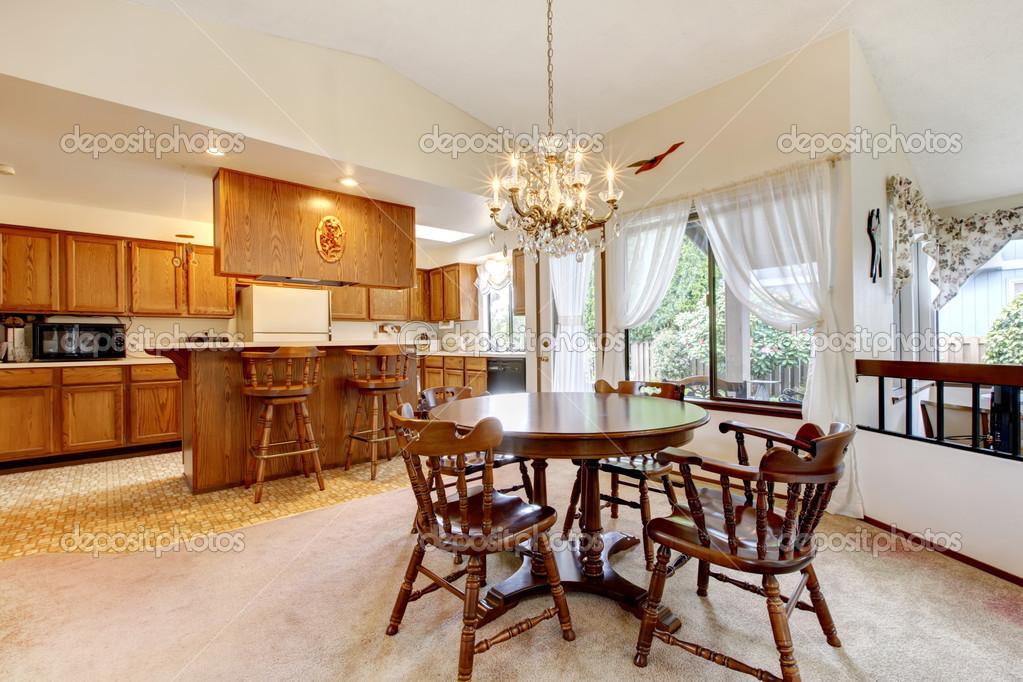 Brillante cocina comedor con juego de mesa de comedor rústico — Foto ...