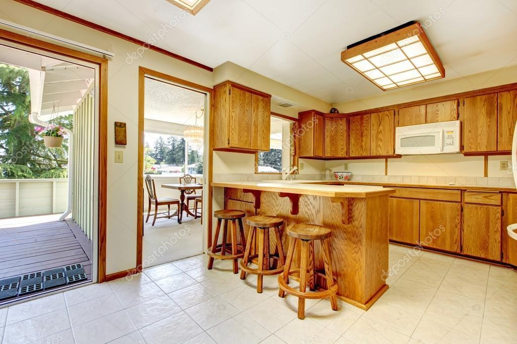 Camera cucina rustica con mazzo di sciopero u foto stock
