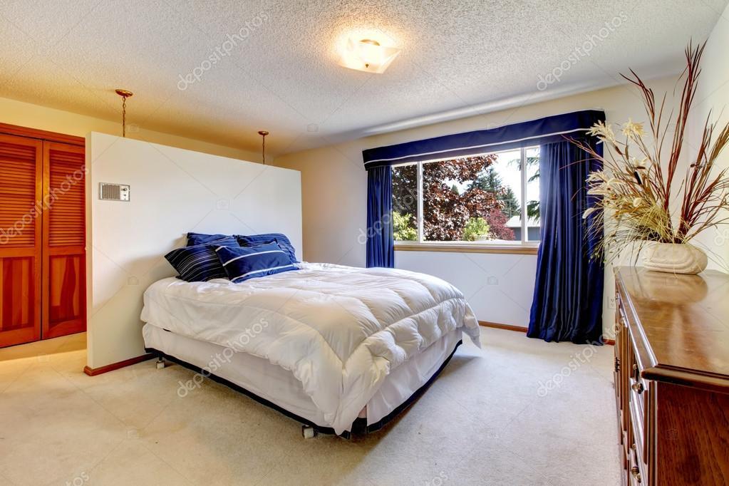 gezellige slaapkamer met comfortabele bed en antieke dressoir versierd met droge takken foto van iriana88w