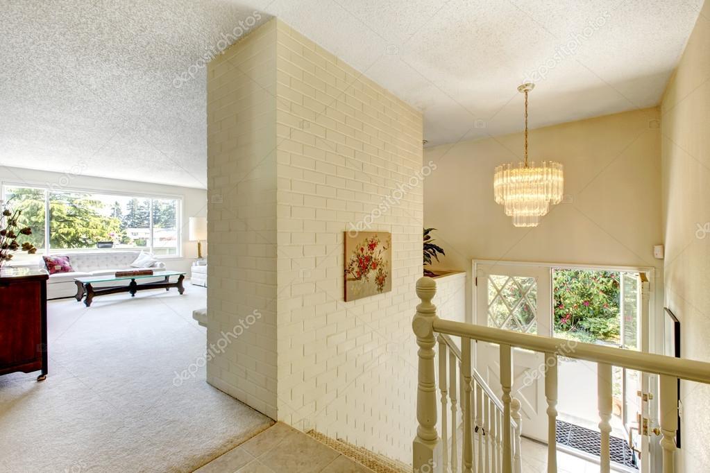 Huis interieur woonkamer met trap naar entreehal u stockfoto