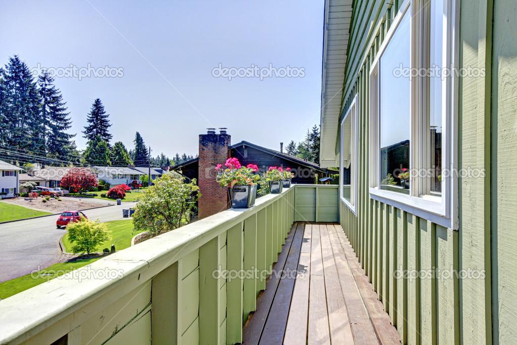 Huis balkon versierd met bloempotten u2014 stockfoto © iriana88w #47764749