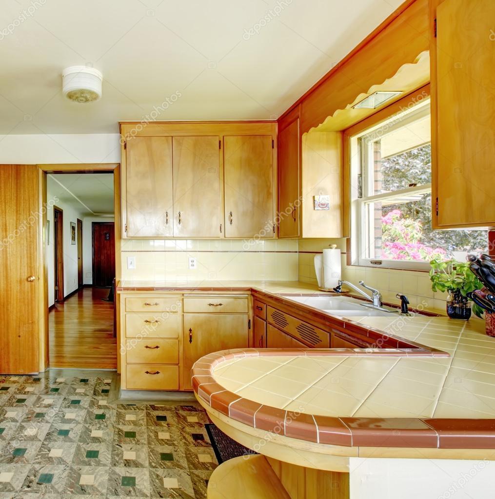 Küche mit rustikalen Lagerschränke — Stockfoto © iriana88w #47852135