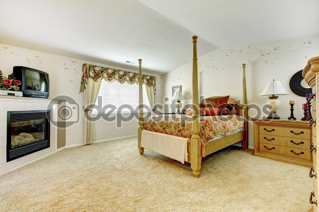 Dormitorio con cama de palo alto fotos de stock - Cama en alto ...