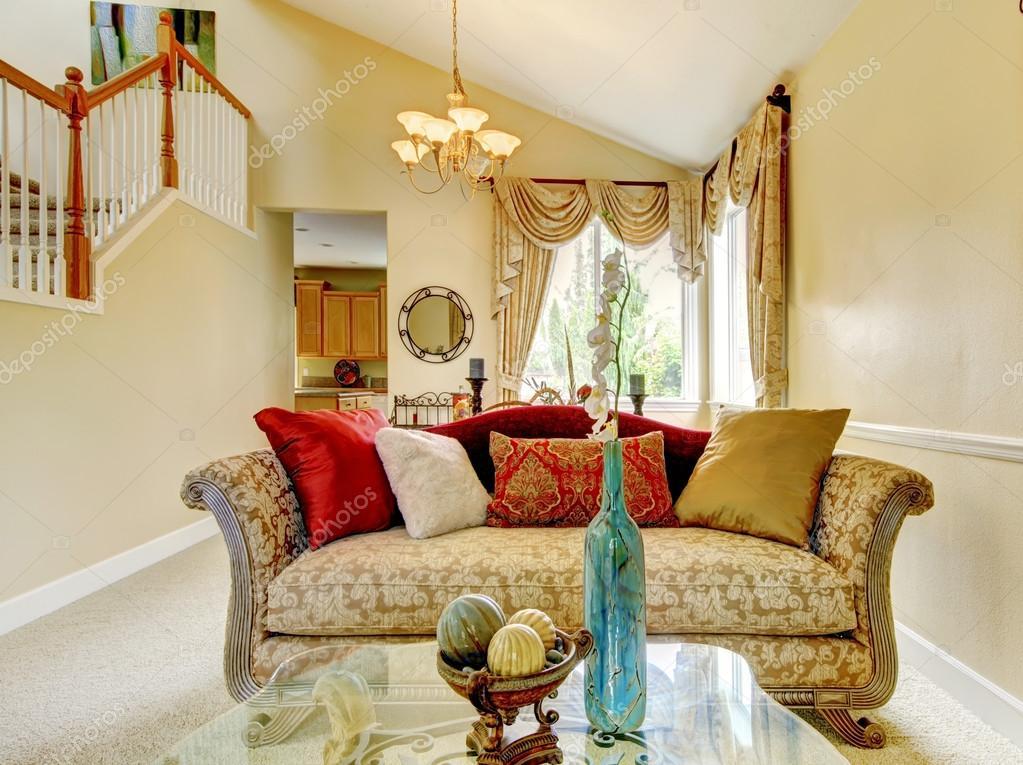 Cojines De Casa.Hermoso Sofa Antiguo Con Cojines Coloridos Casa Inteior