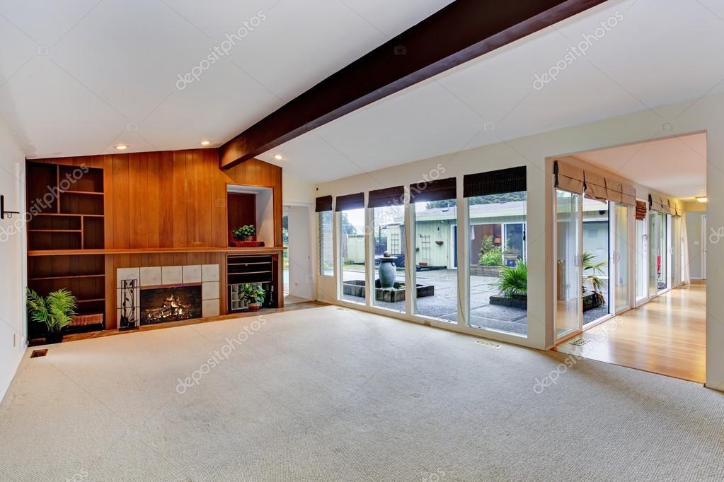 Geräumiges leeren Wohnzimmer mit Kamin und Glas-Wand ...
