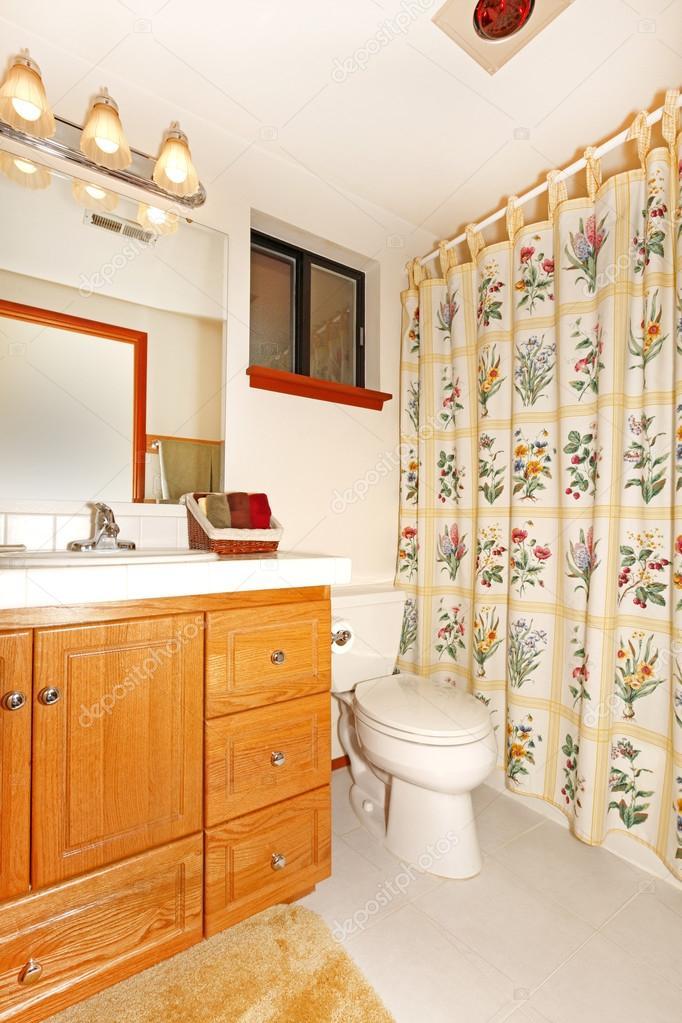 badkamer interieur met florale gordijnen — Stockfoto © iriana88w ...