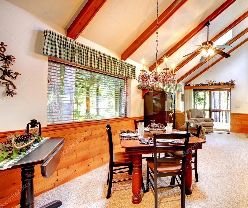 interior de casa cabaña de troncos — Foto de stock © iriana88w #48348141