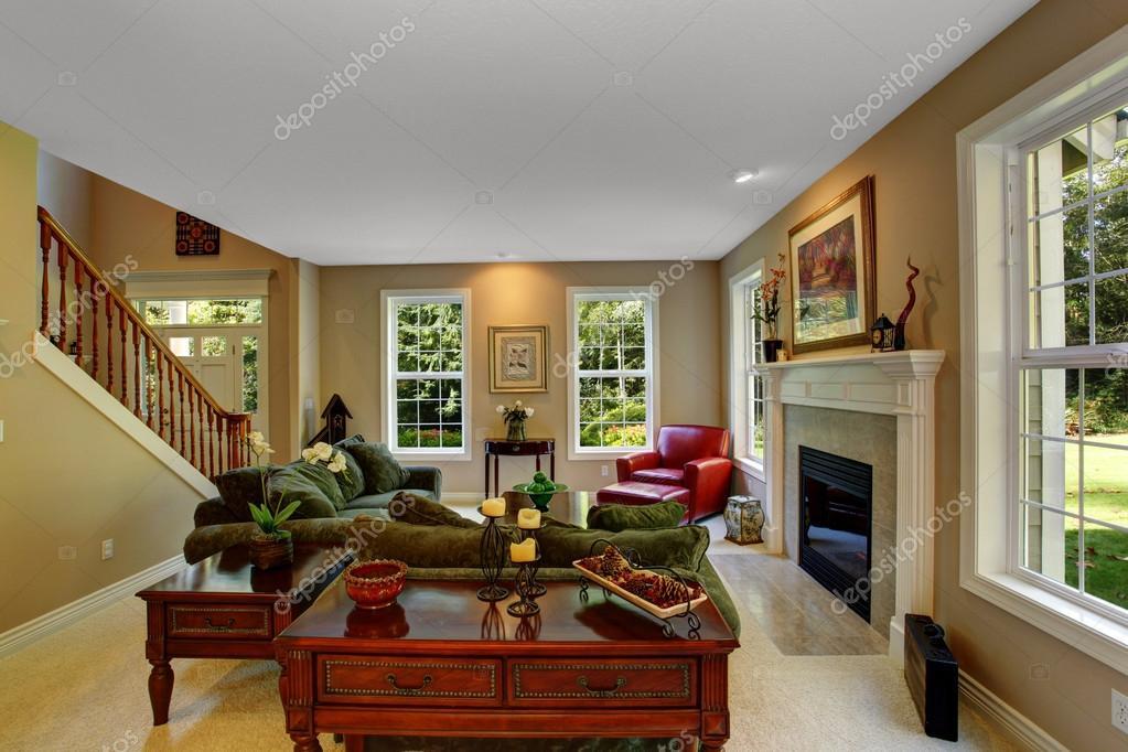 Interieur van de gezellige woonkamer met open haard Gezellige woonkamer