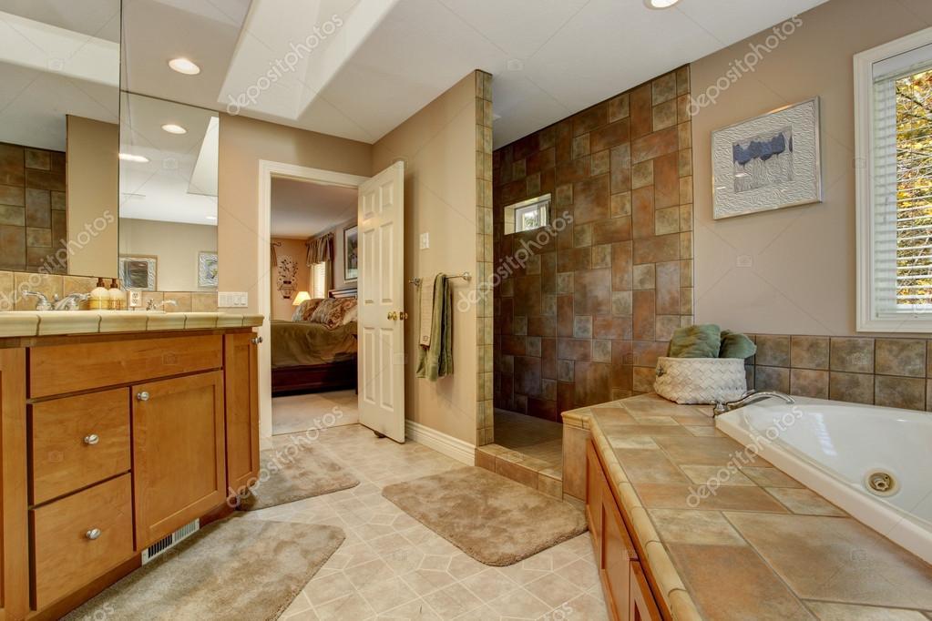ruime badkamer met hoek-ligbad en open douche — Stockfoto ...
