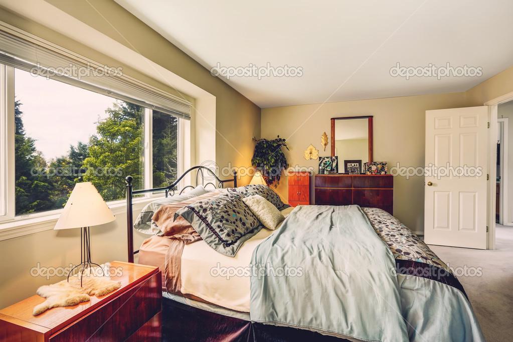 Schlafzimmer Einrichtung mit Eisen Frame Bett und Eitelkeit Kabinett ...