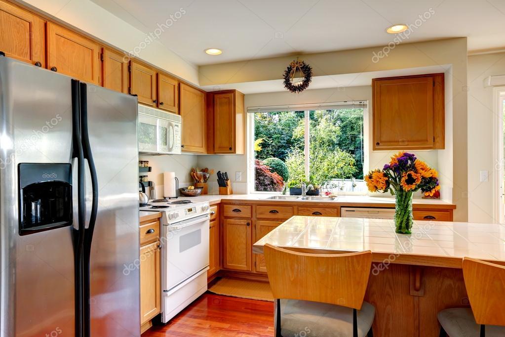 Intérieur confortable cuisine avec îlot et fenêtre ...
