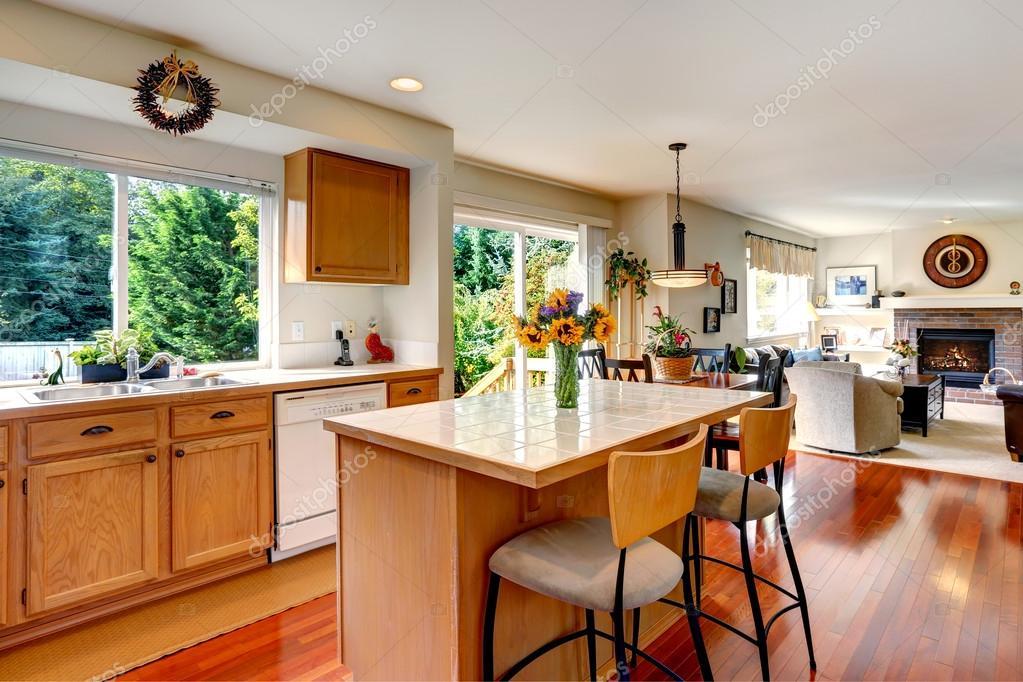 Haus innen. Blick auf Kücheninsel und Wohnzimmer — Stockfoto ...