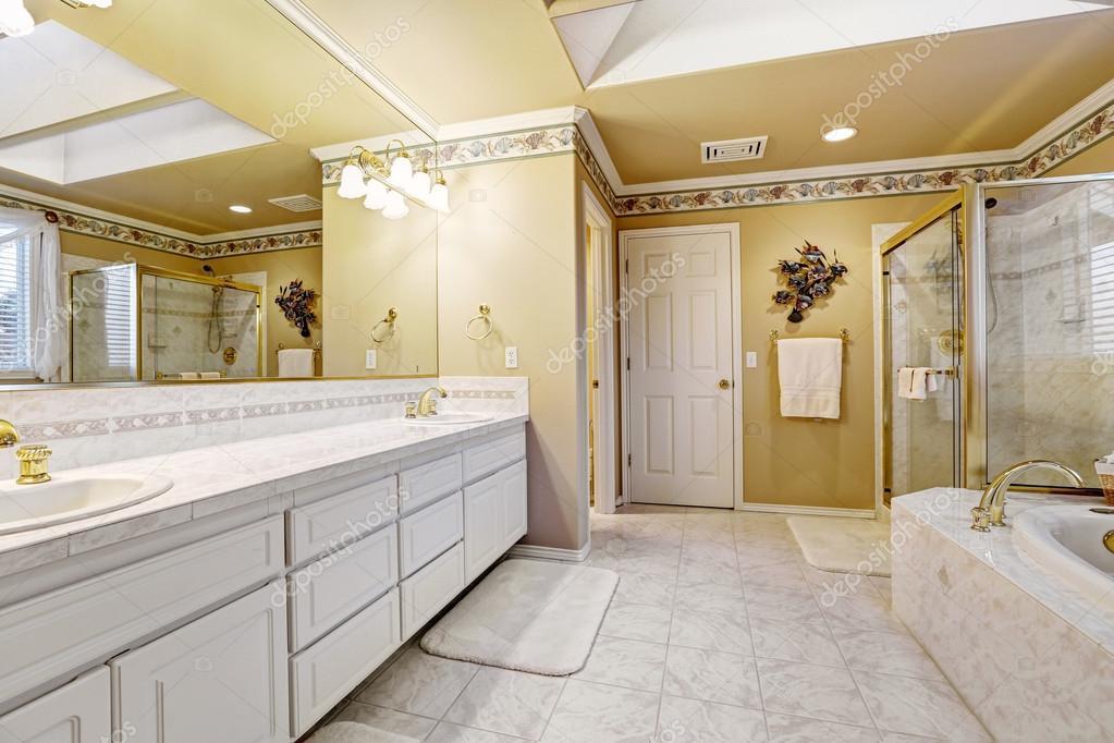 amplio cuarto de baño en casa de lujo — Fotos de Stock © iriana88w ...