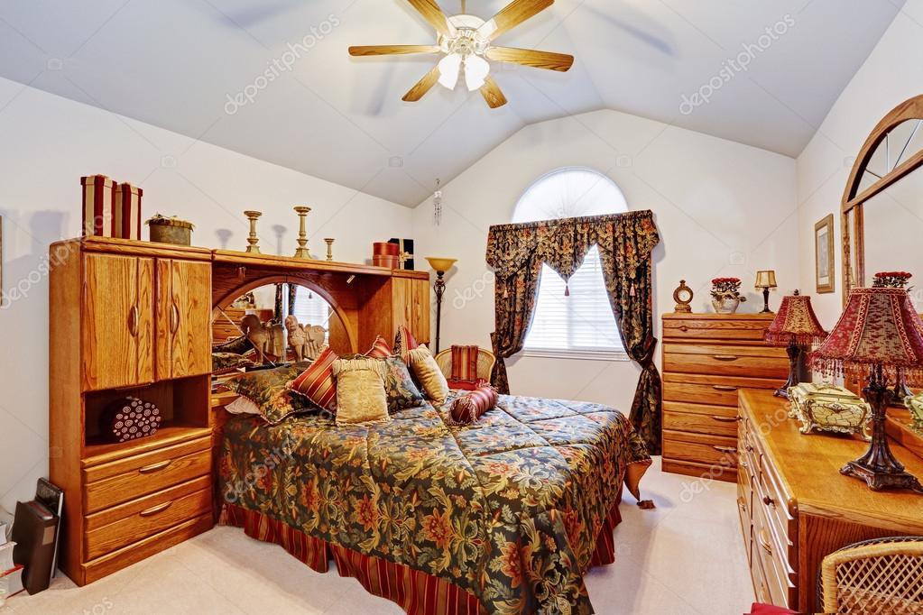 Slaapkamer Meubels Set : Slaapkamer interieur met rustieke meubels set u stockfoto