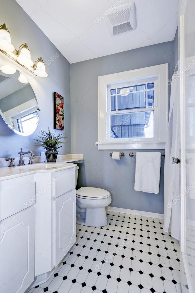 Intérieur de la salle de bains lumineuse en couleur bleu ...