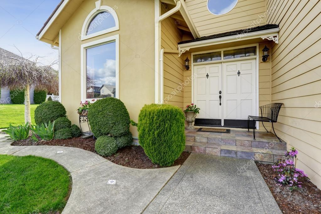 Luxus Haus Eingang Veranda Mit Gehweg Und Getrimmte Hecken U2014 Foto Von  Iriana88w