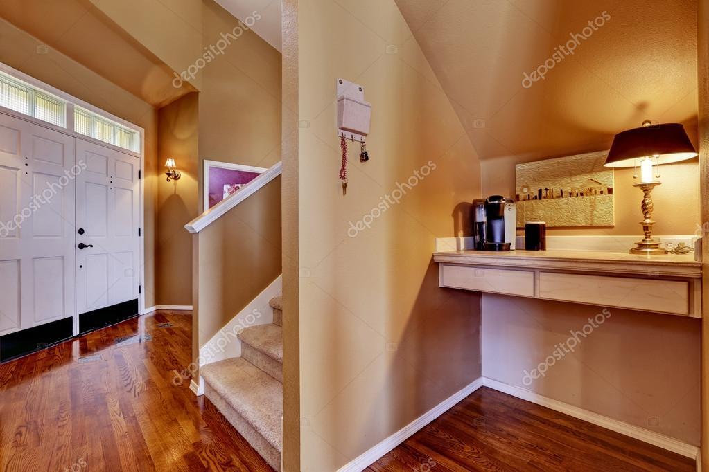 Huis interieur entreehal en kleine kantoorruimte u stockfoto