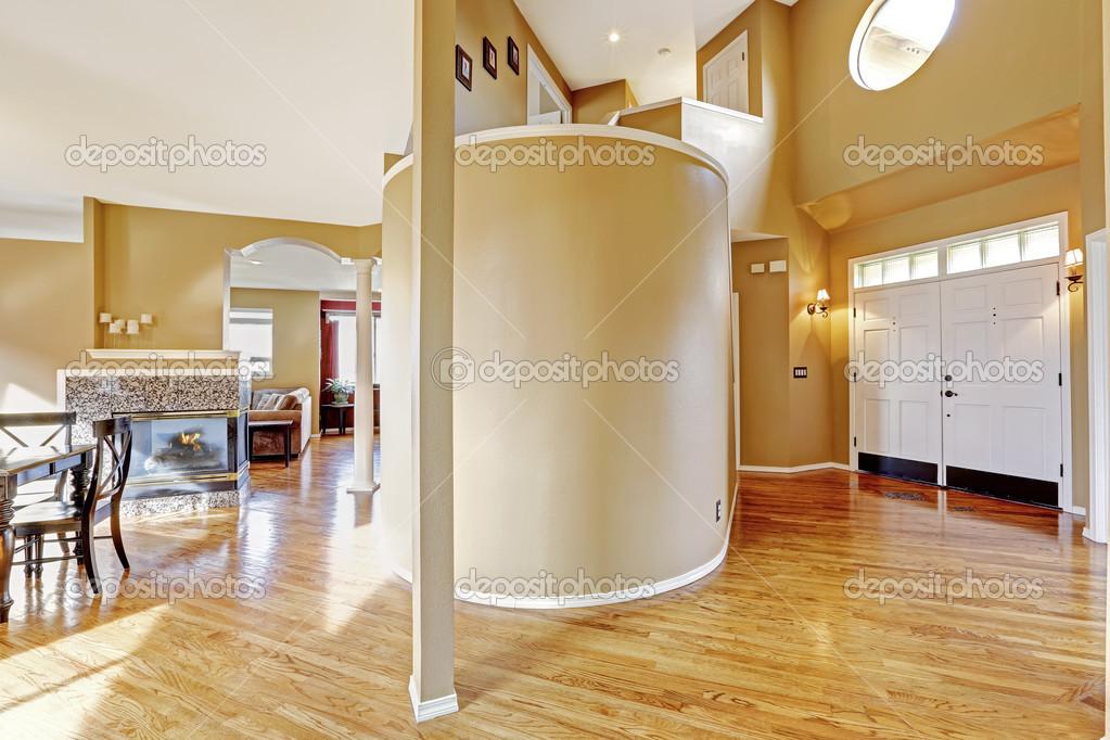 Huis interieur. weergave van de ingang van hal en woonkamer