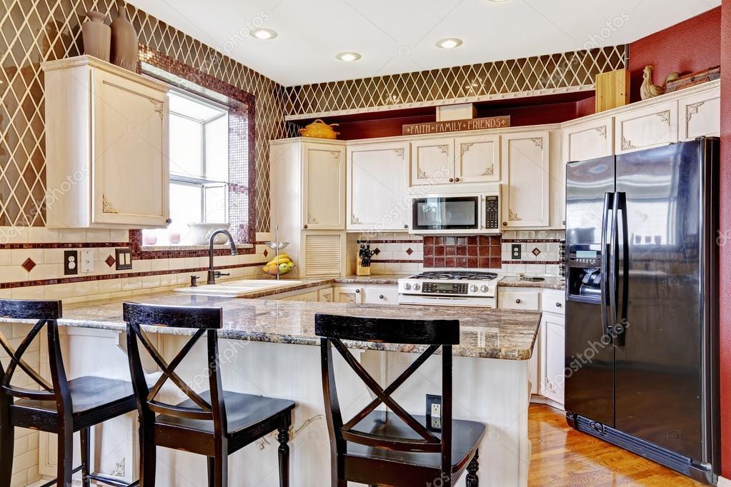 Interni cucina in camera. vista del bancone con sedie neri u2014 foto