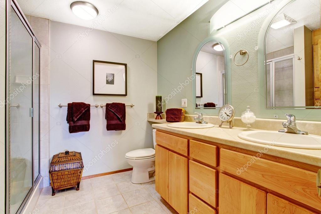 Heldere badkamer interieur met honing ijdelheid kabinet