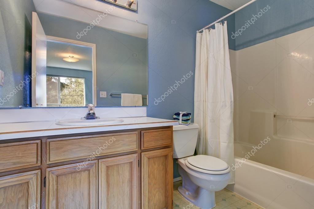 Einfache Badezimmer Interieur In Hellblau Stockfoto C Iriana88w