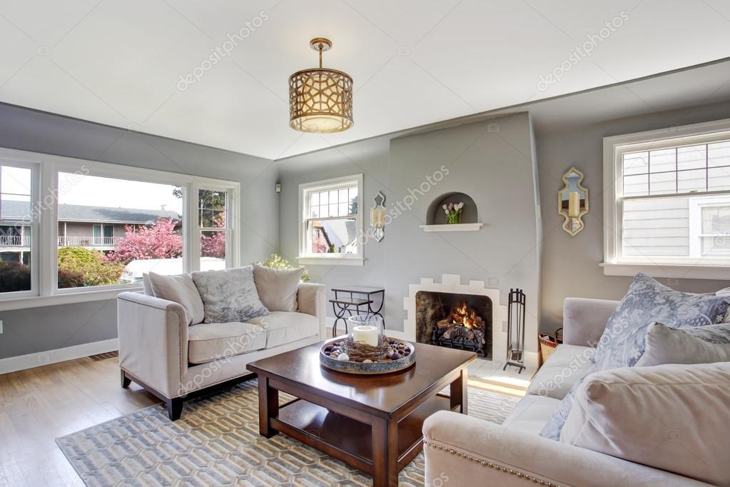 licht grijs woonkamer met witte banken en open haard — Stockfoto ...