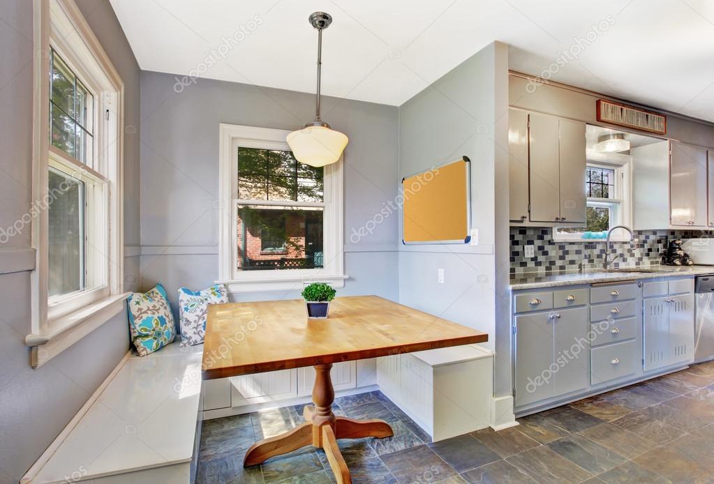 Keuken kamer interieur met kleine eethoek u stockfoto iriana w