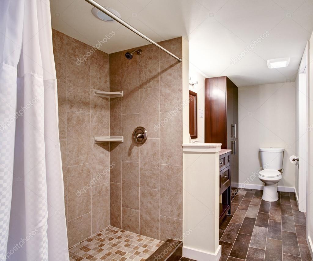 Badkamer interieur in mokka en witte tinten u stockfoto