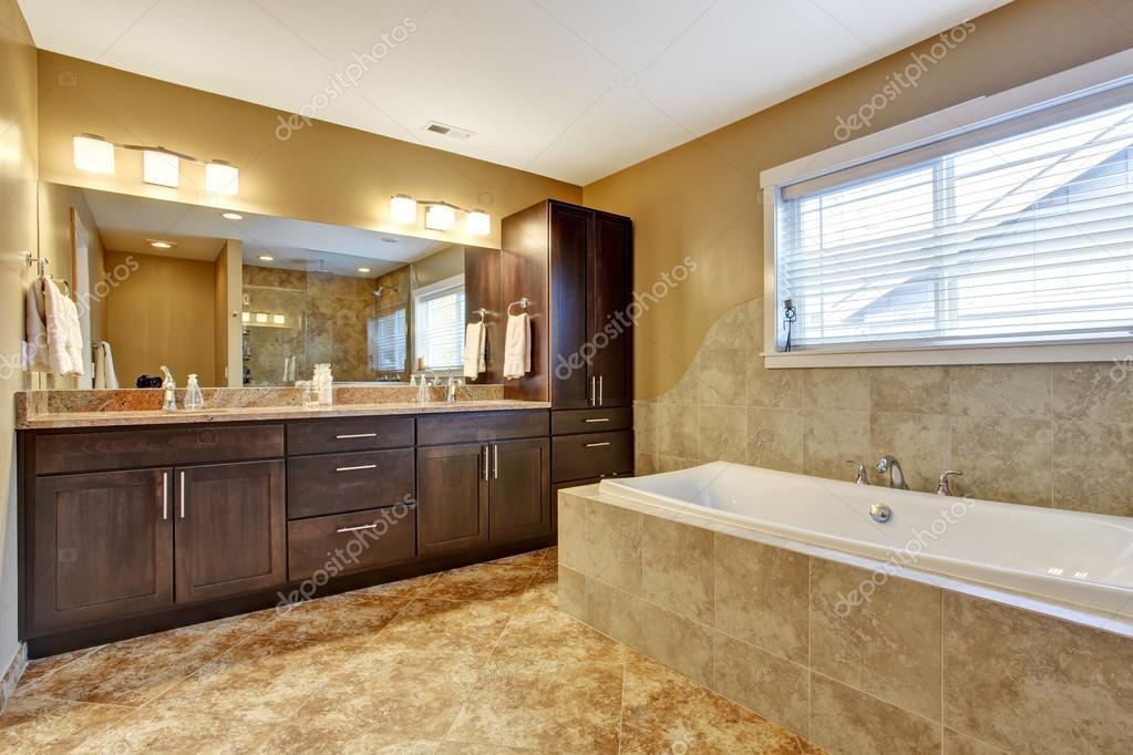Bagno Marrone Moderno : Interno del bagno moderno con mobili marrone scuri u foto stock
