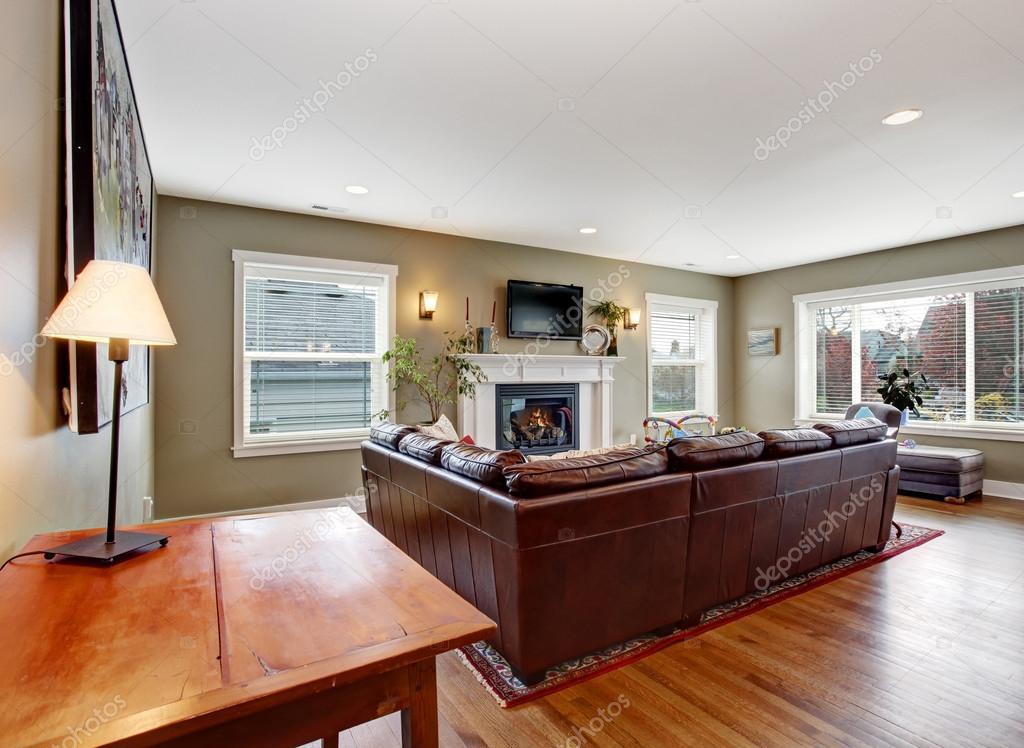 salón comedor con chimenea y sofá de cuero — Foto de stock ...