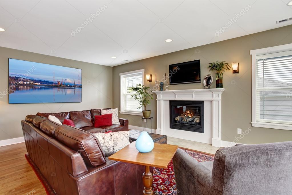 woonkamer met gezellige open haard en leren bank — Stockfoto ...