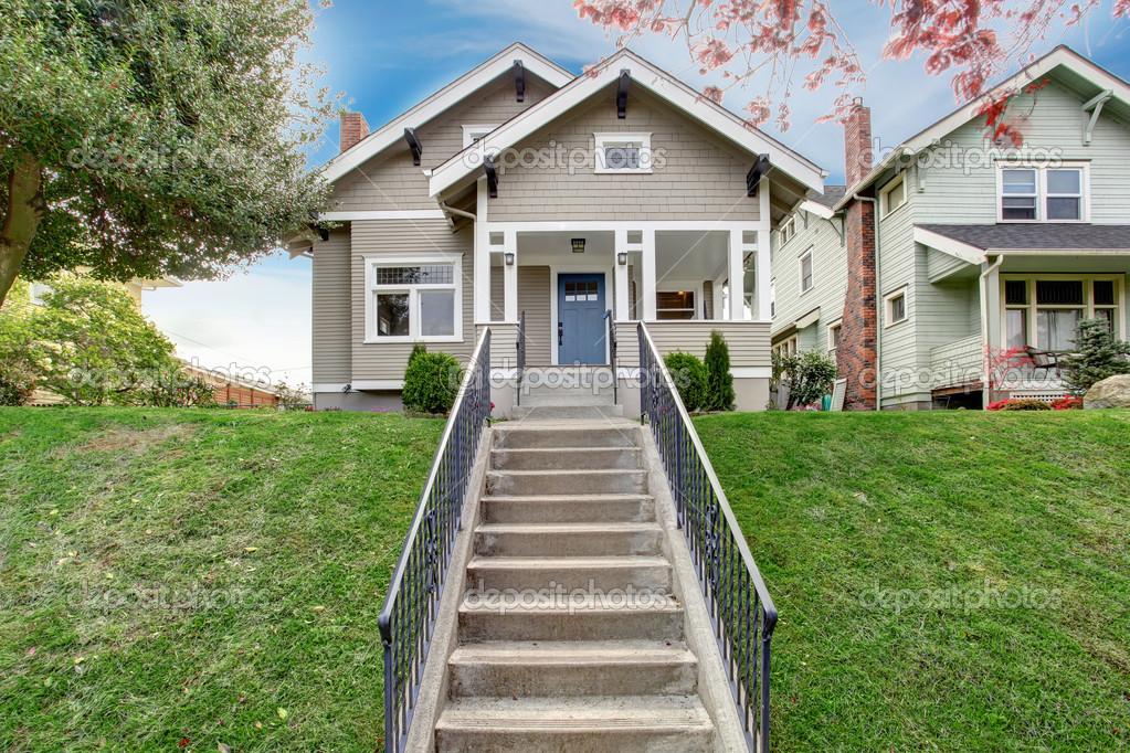 ext rieur de la maison vue du porche d 39 entr e avec escalier photographie iriana88w 49902555. Black Bedroom Furniture Sets. Home Design Ideas