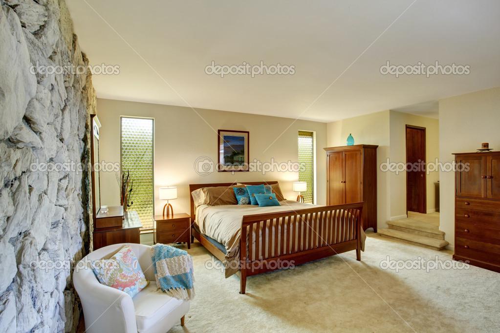 mooie slaapkamer interieur met rotswand — Stockfoto © iriana88w ...