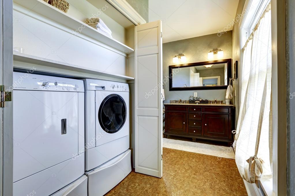 Licht grau flur mit integrierter waschmaschine und trockner