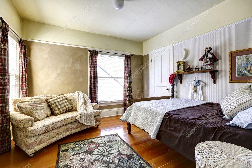 Slaapkamer interieur in oud huis u stockfoto iriana w
