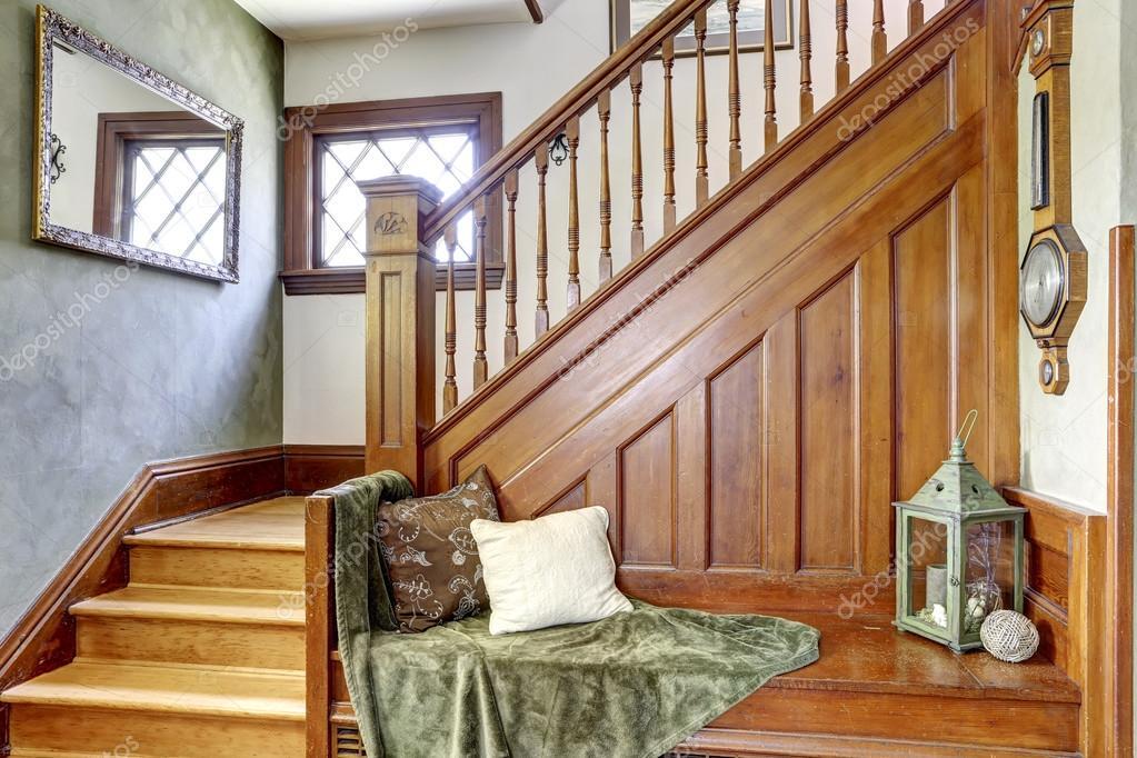 Escalera de madera con banco en casa antigua foto de - Escaleras antiguas de madera ...