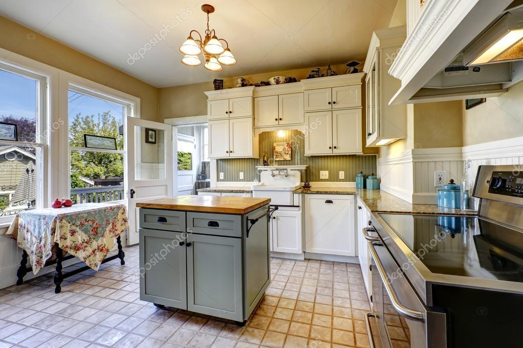 Küche Interieur im Altbau mit Insel und antiken Tisch — Stockfoto ...