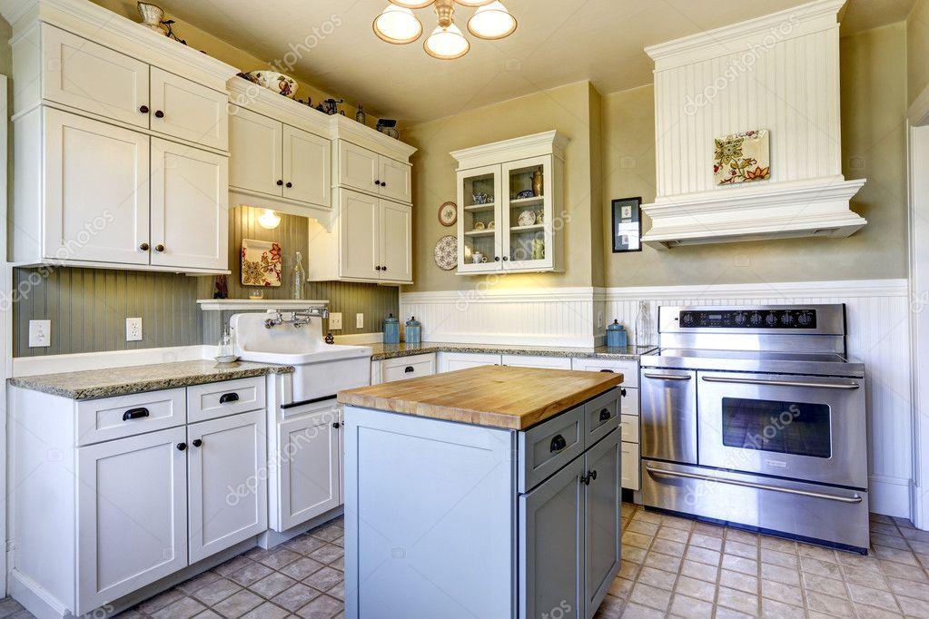 Intérieur de cuisine dans une maison ancienne avec île ...