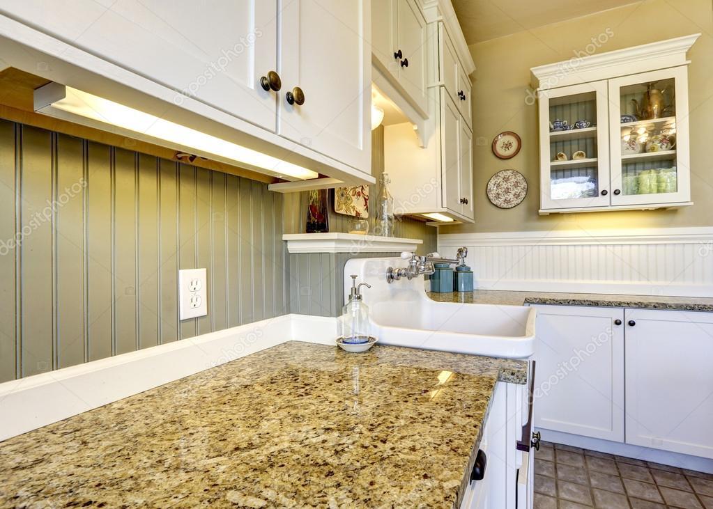 gabinetes de cocina blancos con encimeras de granito — Fotos de ...