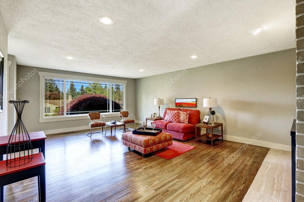 moderna sala interior con asiento de amor rojo y otomano — Fotos de ...